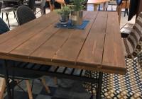 木目を活かしたダイニングテーブル