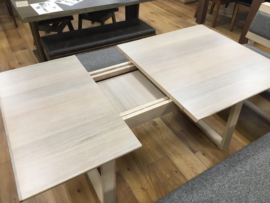 伸ばしたり縮めたり伸縮自在のダイニングテーブル&チェアセット