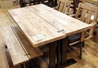 木目を活かしたテーブル